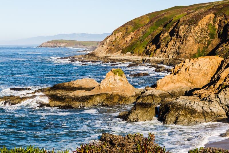 Rochas na praia da cabeça de baía da adega imagens de stock royalty free