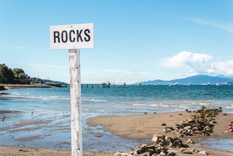 Rochas na praia de Kitsilano em Vancôver, Canadá foto de stock royalty free