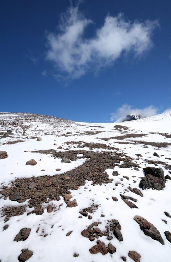 Rochas, neve, céu e nuvens nas montanhas imagens de stock royalty free