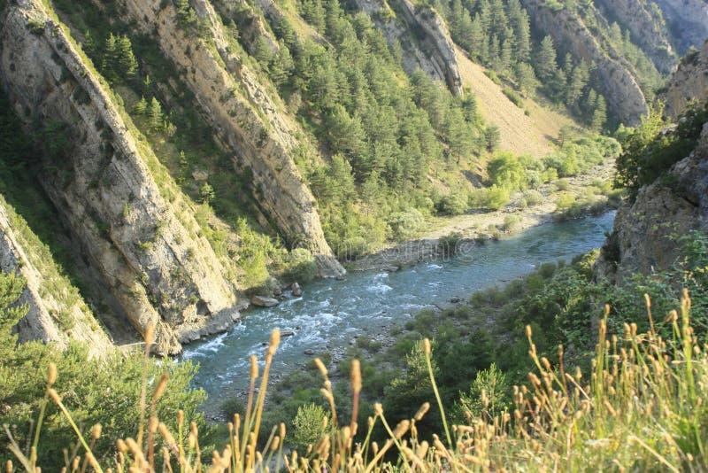 Rochas no Ara do rio, pyrenees foto de stock