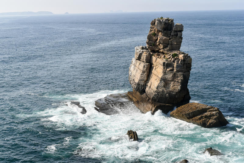 Rochas no mar, Peniche, Portugal imagem de stock