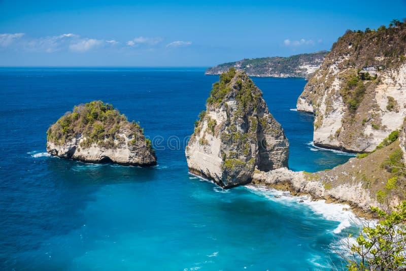 Rochas no oceano em Nusa Penida, Indonésia Água rochosa do penhasco e da turquesa fotografia de stock royalty free
