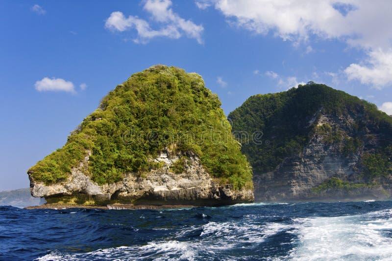 Rochas no oceano, Indonésia fotografia de stock royalty free