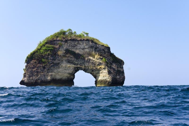 Rochas no oceano, Indonésia imagem de stock