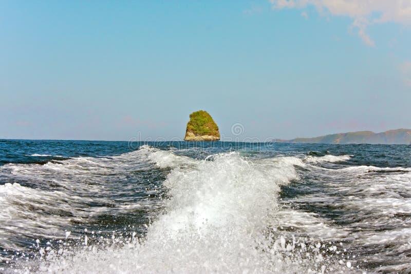 Rochas no oceano, Indonésia imagens de stock royalty free
