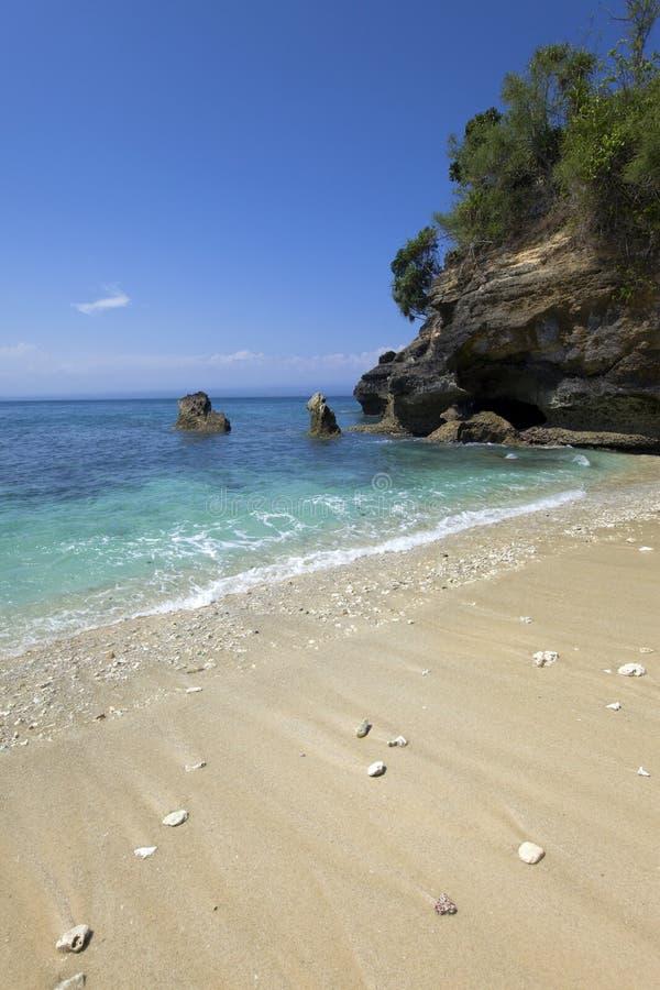 Rochas no oceano, Indonésia fotos de stock royalty free