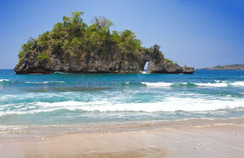 Rochas no oceano, Indonésia foto de stock royalty free