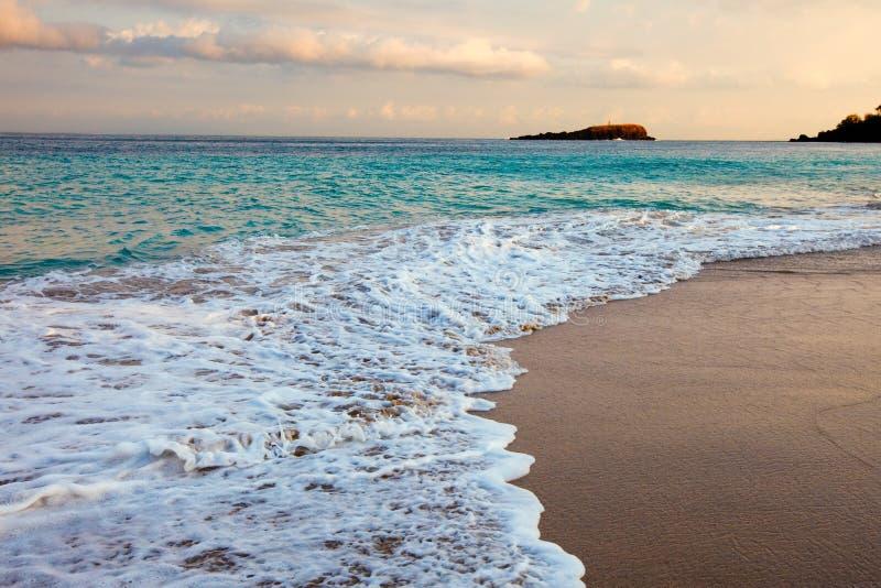 Rochas no oceano, Indonésia imagens de stock