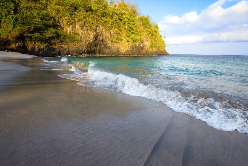 Rochas no oceano, Indonésia. fotografia de stock royalty free
