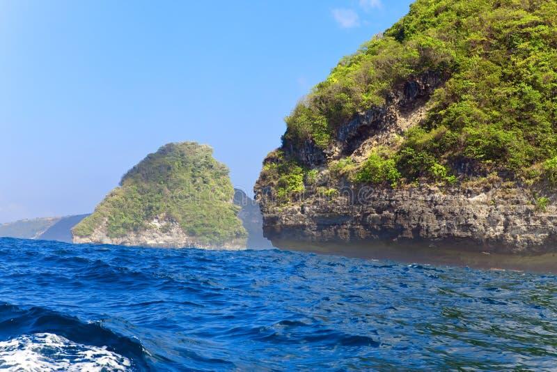 Rochas no oceano, Indonésia fotografia de stock