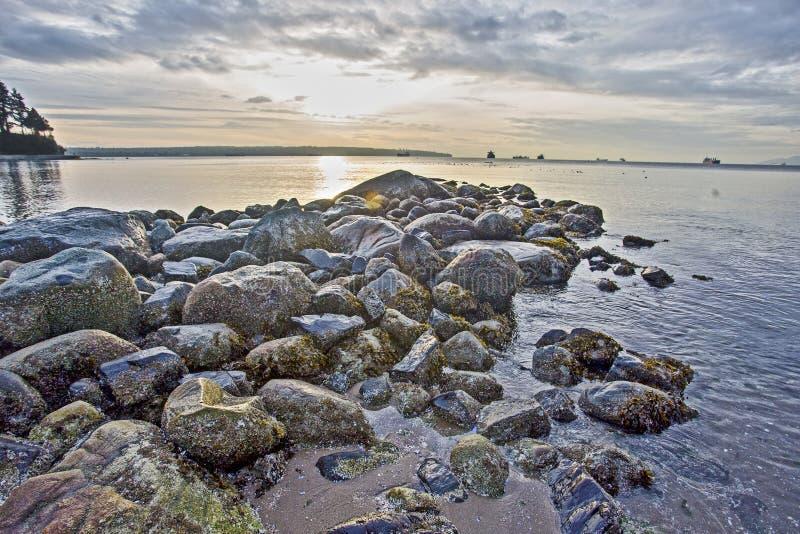 Rochas no oceano no por do sol fotografia de stock royalty free