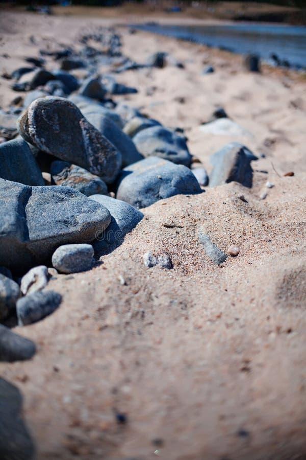 Rochas no Sandy Beach imagem de stock
