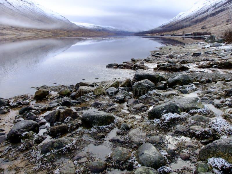 Rochas pela linha costeira de Etive do Loch foto de stock