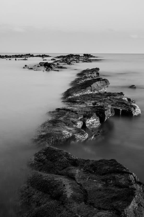 Rochas preto e branco na exposição longa imagem de stock royalty free