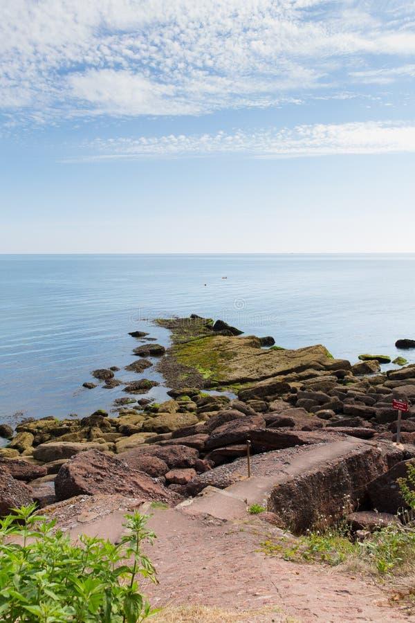 Rochas que conduzem ao mar Maidencombe Devon England imagens de stock royalty free