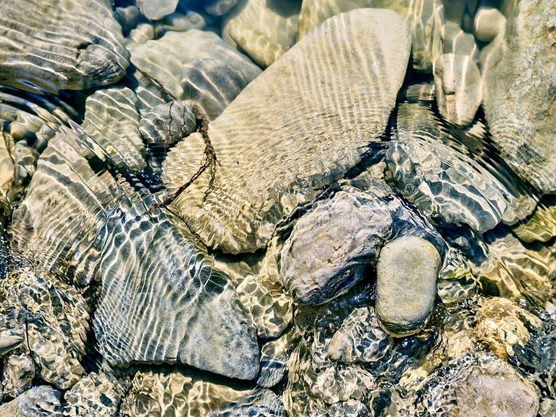 Rochas, seixos do rio em uma água de fluência fotos de stock royalty free