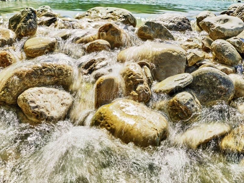 Rochas, seixos do rio em uma água de fluência fotografia de stock royalty free
