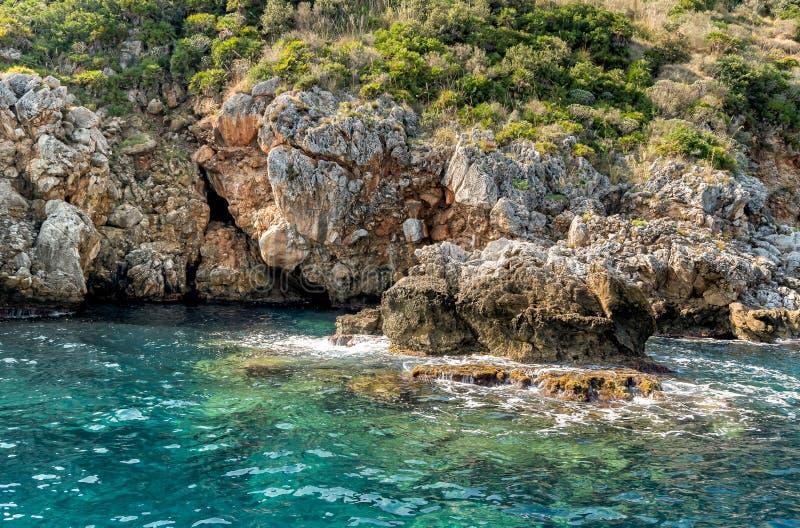 Rochas situadas ao longo da costa da reserva natural do Zingaro em Sicília fotos de stock royalty free