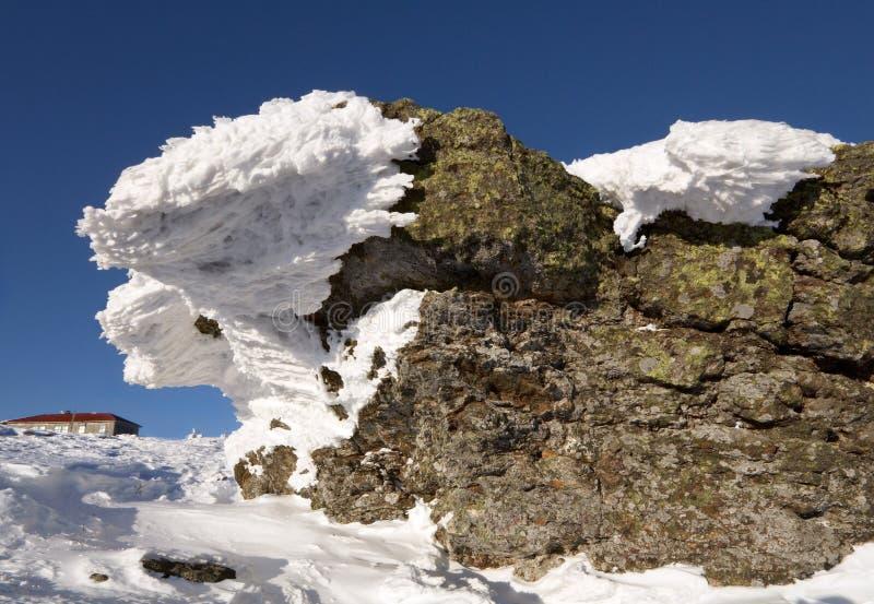 Rochas Snow-covered de encontro ao céu azul. Siberia.Taiga. fotos de stock