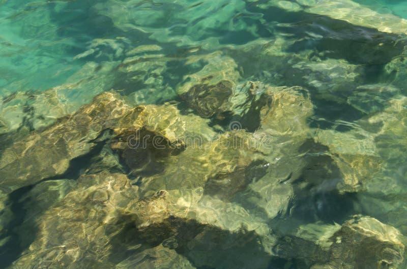 Rochas sob o mar fotografia de stock