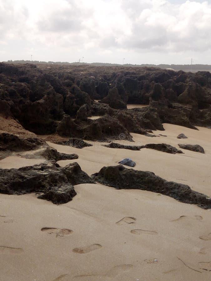 Rochas surpreendentes na praia de Temara imagens de stock