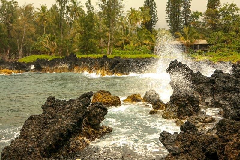 Rochas vulcânicas na península de Keanae, Maui Havaí imagem de stock
