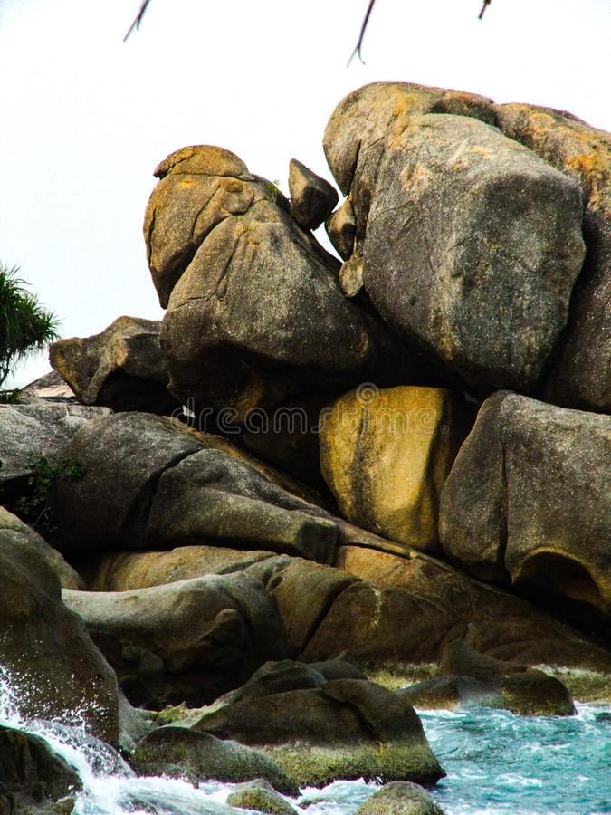 Rochas vulcânicas no oceano fotografia de stock royalty free