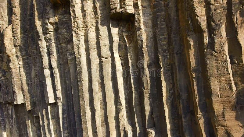 Roche énorme de basalte le jour d'été ensoleillé, la géologie et les sciences de la terre environnementales images stock