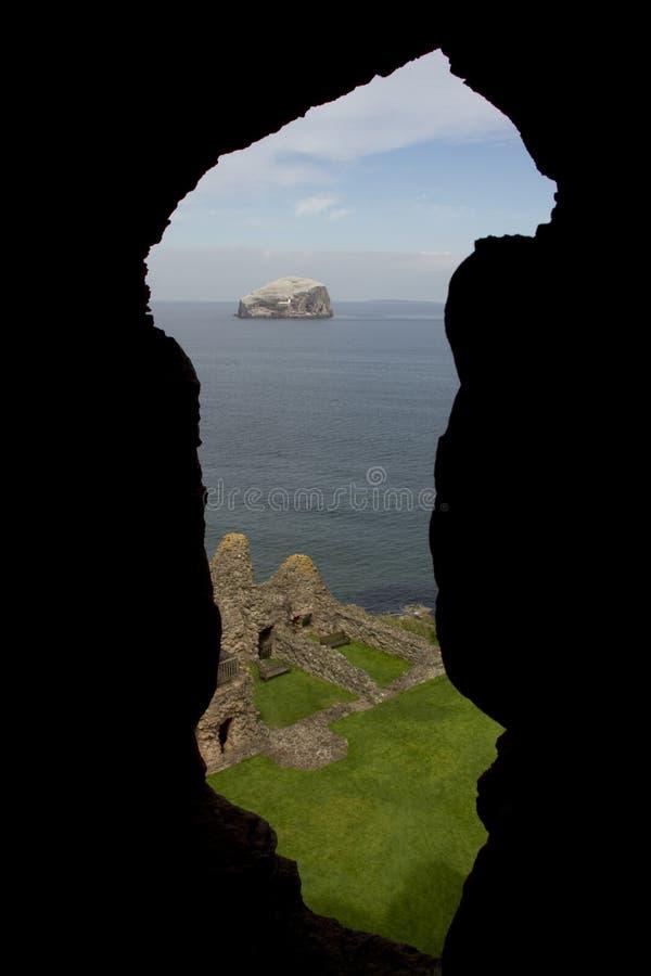 Roche basse encadrée par le mur de château photographie stock libre de droits