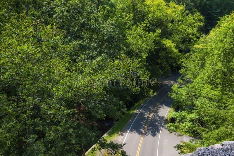 Roche ci-dessus d'épine dorsale dans la réserve forestière cherokee photos libres de droits