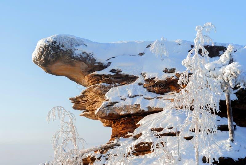 roche couverte de neige contre un ciel bleu photo stock