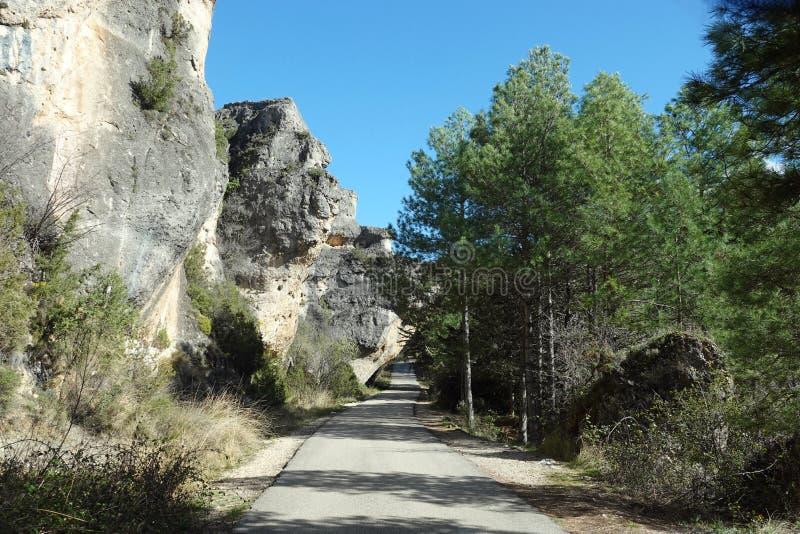 Roche couvrant la petite route au point de vue de la ville de Cuenca en Espagne image stock