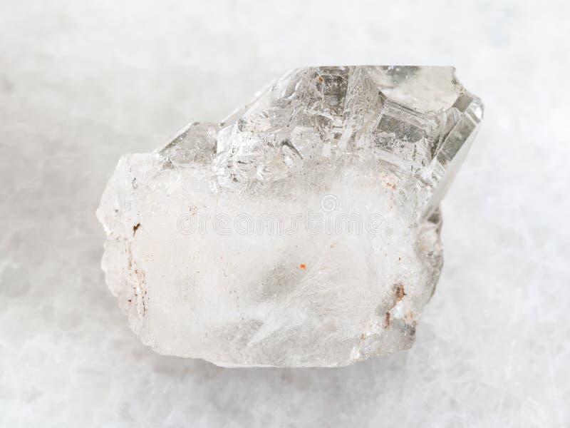 roche-cristal rugueux de pierre gemme de quartz sur le blanc image stock