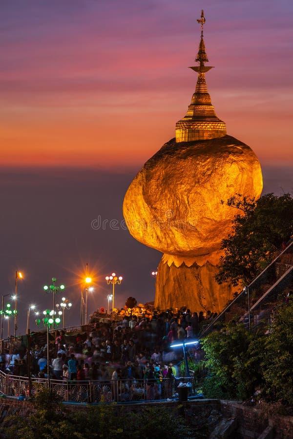 Roche d'or - pagoda de Kyaiktiyo, Myanmar images stock