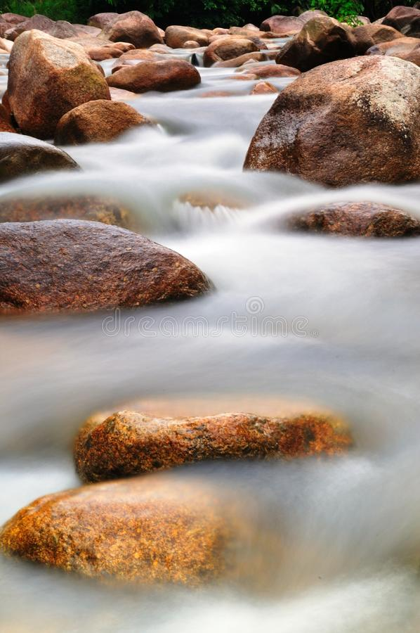 Roche dans le fleuve photo libre de droits