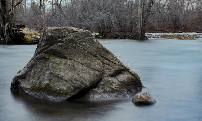 Roche dans le fleuve photographie stock libre de droits