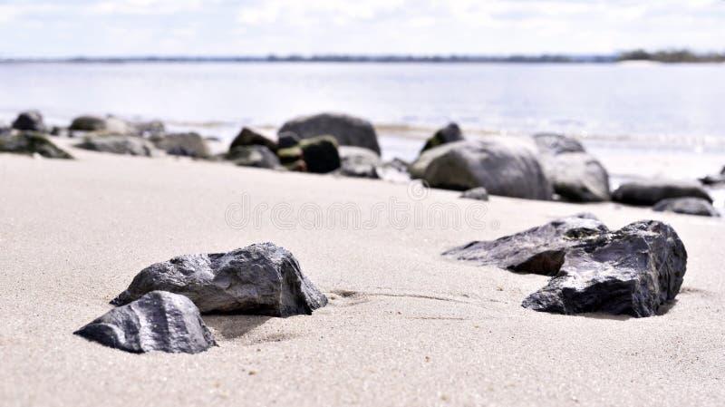 Roche dans le sable Horizon au-dessus de l'eau, scène de mer photographie stock