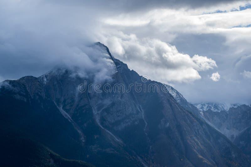 Roche de Boule - Yellowhead Hwy - Wolken lizenzfreies stockfoto