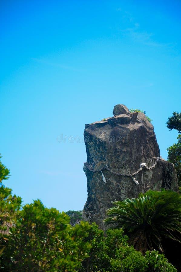 Roche de chien à Udo Jingu - le tombeau de Shinto situés à Miyazaki, Japon Cette roche ressemble à un chien observant et protégea photographie stock libre de droits