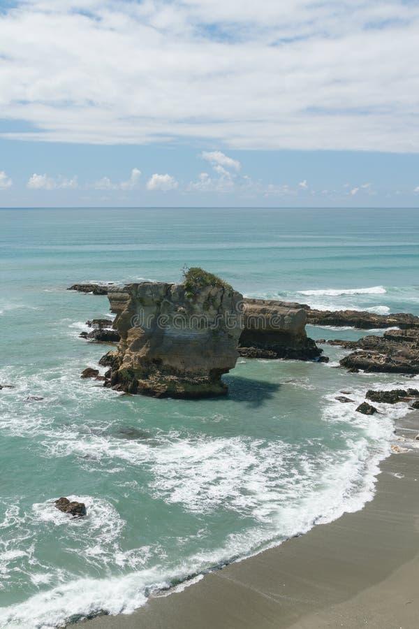 Roche de crêpe sur la plage de sable, île du sud Nouvelle-Zélande de Panakaiki image stock