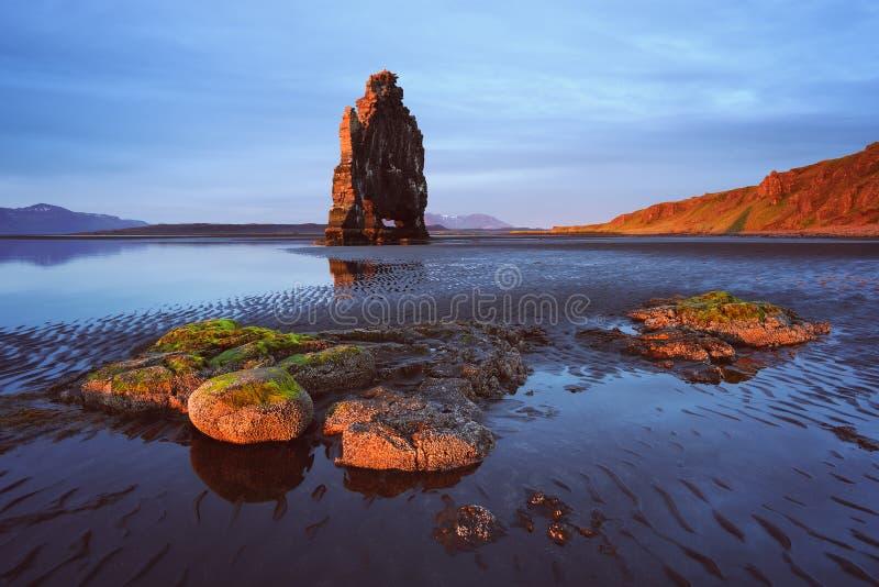 Roche de Hvitserkur - une attraction touristique en Islande image libre de droits