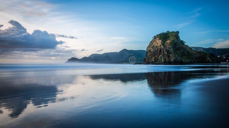 Roche de lion, plage de Piha photos stock