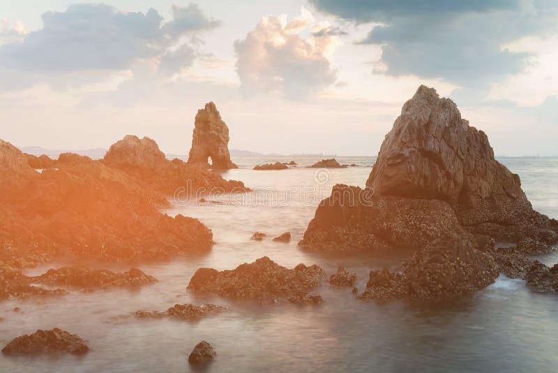 Roche de mer de beauté au-dessus d'horizon d'océan photographie stock