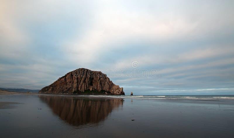 Roche de Morro pendant le début de la matinée au parc d'état de baie de Morro sur la côte centrale Etats-Unis de la Californie photos libres de droits