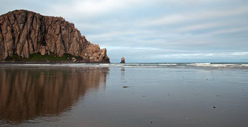 Roche de Morro pendant le début de la matinée au parc d'état de baie de Morro sur la côte centrale Etats-Unis de la Californie images libres de droits