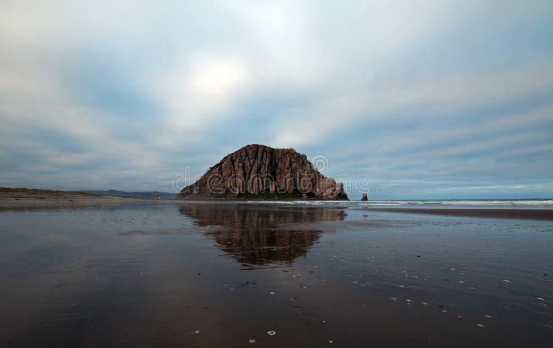 Roche de Morro pendant le début de la matinée au parc d'état de baie de Morro sur la côte centrale Etats-Unis de la Californie photographie stock