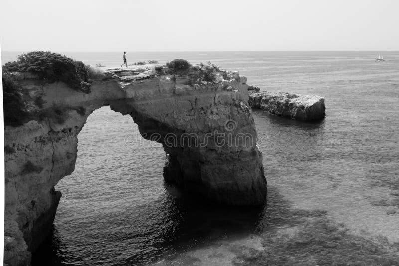 Roche de plage d'Albandeira en noir et blanc photos libres de droits