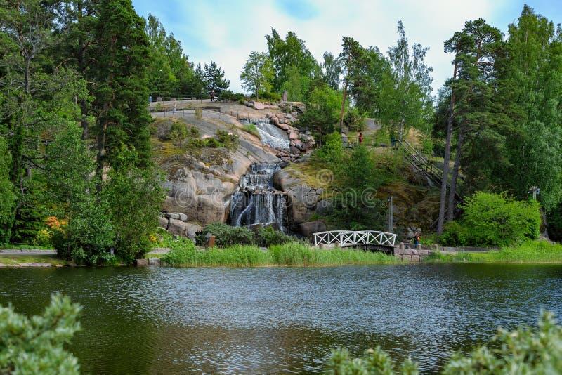 Roche de Putouskallio avec une cascade artificielle dans l'eau de Sapokka images stock