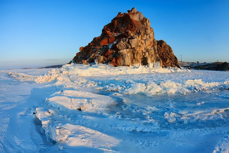 Roche de Shamanka dans le coucher du soleil d'hiver Île d'Olkhon, lac Baikal, Sibérie, Russie photos libres de droits