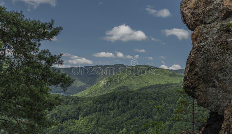 Roche de Skalka de point de vue au-dessus de vallée de rivière Hornad dans le jour chaud d'été photo stock